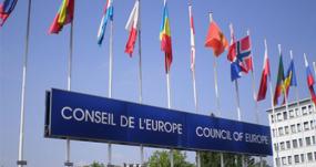 image des drapeaux devant le conseil de l'europe