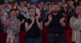 personnes debout pour une standing ovation