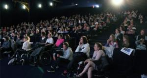photo de personnes regardant l'écran de cinéma