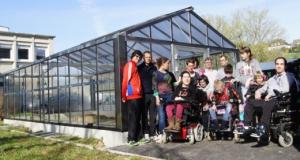 photos des usagers devant la serre prédagogique de Saint-Lô