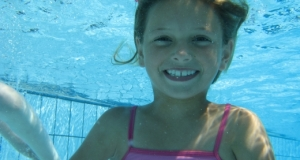 Une enfant dans une piscine