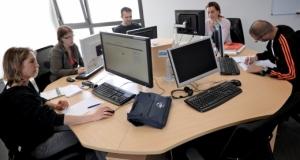 groupe de personnes en formation devant des ordinateurs