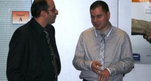 2 hommes en train de parler