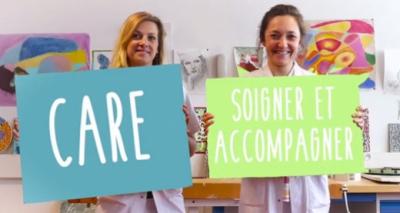 image de deux professionnelles portant un panneau sur lequel est écrit care et soigner et accompagner